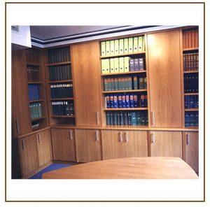 Eckeinbauschrank mit Bücherregal