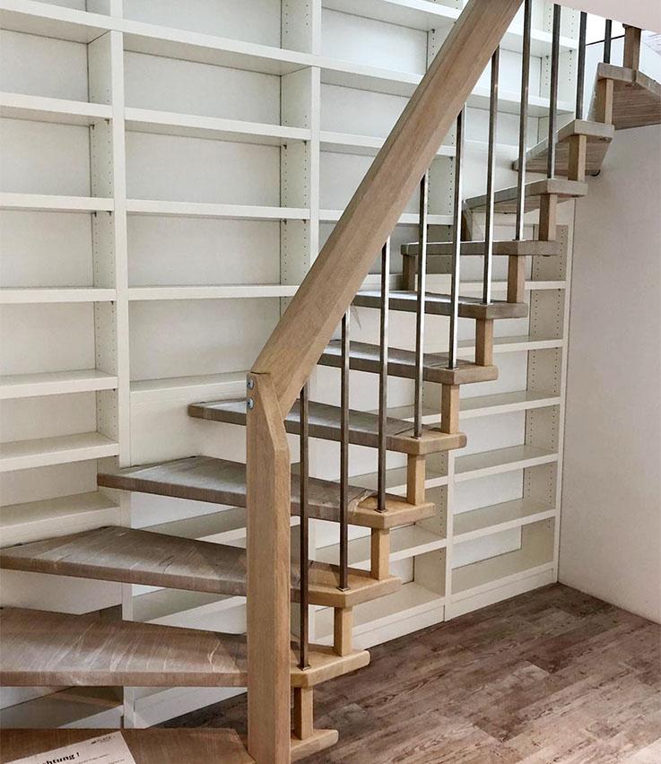 Treppe mit integrierter Bücherwand
